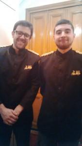 Voici Edouard (à gauche) et son collègue dans leurs jolies tenues de groom.  Désolée pour la qualité de la photo, je n'ai pas d'Iphone.