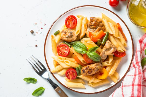 Salade d'été gourmande : pâte poulet basilic