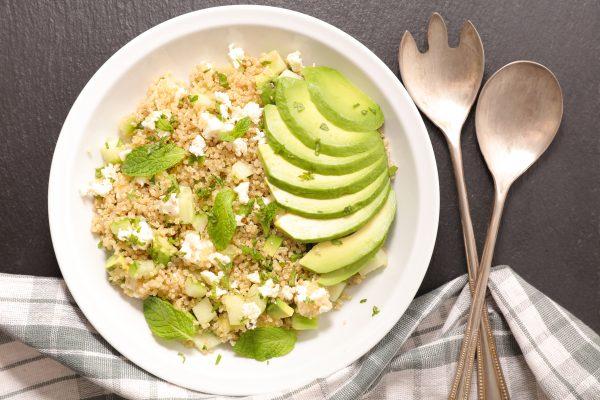 Salade d'été veggie : quinoa avocat feta