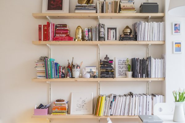 Organisation bureau de travail avec étagères